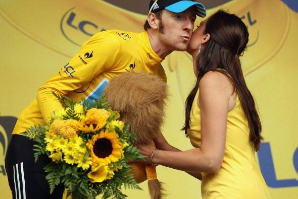 El líder del Tour, el británico Bradley Wiggins, conservó el maillot ama...