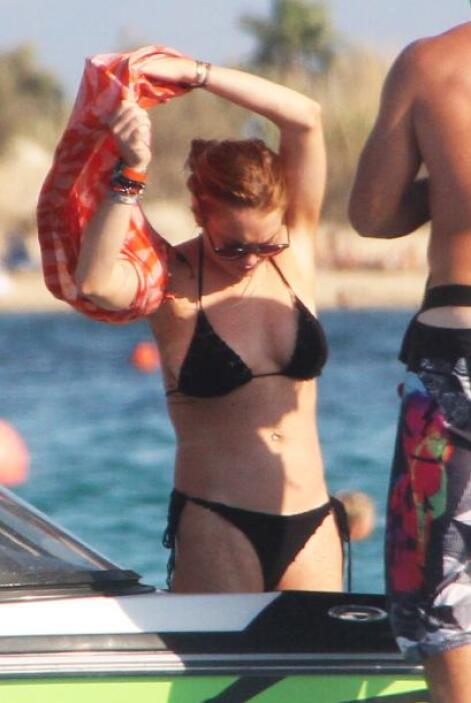 Lohan no lo pensó dos veces, y llegando a la playa se despojó de todo.