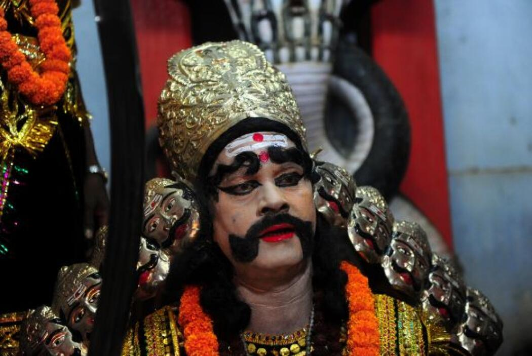 """Un devoto hindú realiza """"Arti"""", como él ofrece oraciones a un artista ve..."""