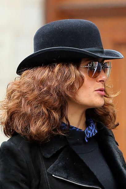 Vimos a Salma Hayek caminando por Londres con un estilo muy a la 'The Tr...