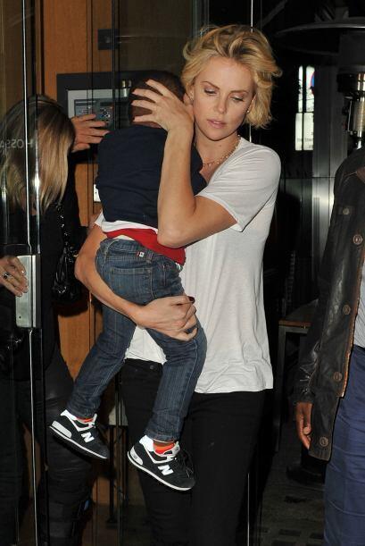 Charlize tardó en salir ya que traía en brazos a su hijo.M...