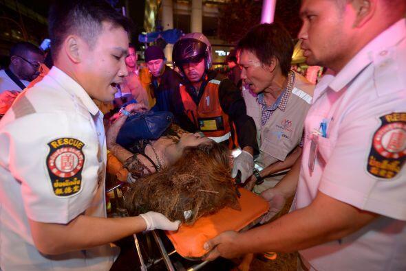 Una mujer herida es trasladada tras la detonación en el centro de la ciu...