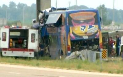 Terrible accidente de un autobús que chocó con decenas de pasajeros