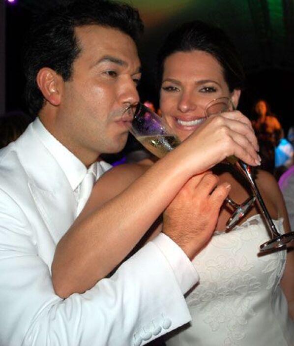 Bárbara y Mario brindaron felices con todos los invitados y copas de cha...