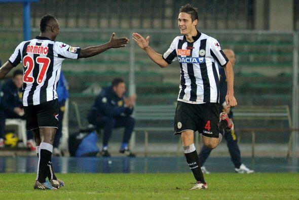 Este joven zaguero está comenzando a despuntar con el Udinese, y...