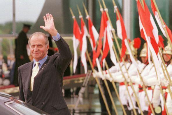 El REY  Juan Carlos, saluda al finalizar la ceremonia de la firma del ac...