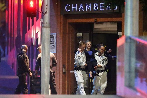 Varios agentes escoltaban a una mujer llorando.
