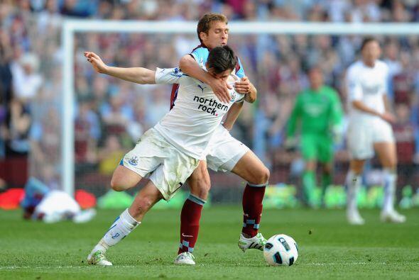 Stiliyan Petrov del Aston Villa parece querer llevarse a su casa a Joey...