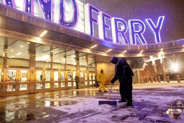 Trabajadores despejan la nieve en la entrada de la estación del F...