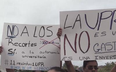 Estudiantes de la universidad pública de Puerto Rico protestan contra lo...
