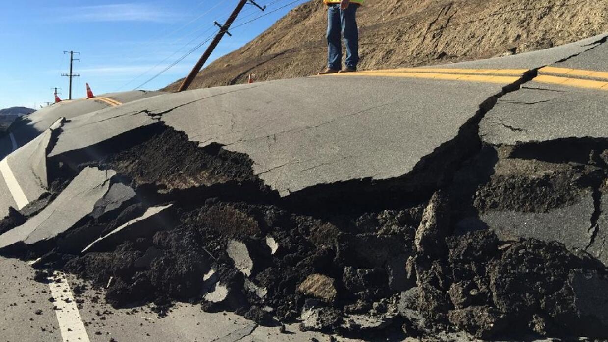 Un movimiento del terreno destroza una carretera en Santa Clarita