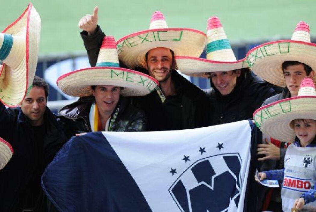 La gente de los Rayados, pocos pero intensos, soñaban con ver a su equip...