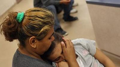 Los niños y sus padres indocumentados detenidos en la frontera sur de Es...