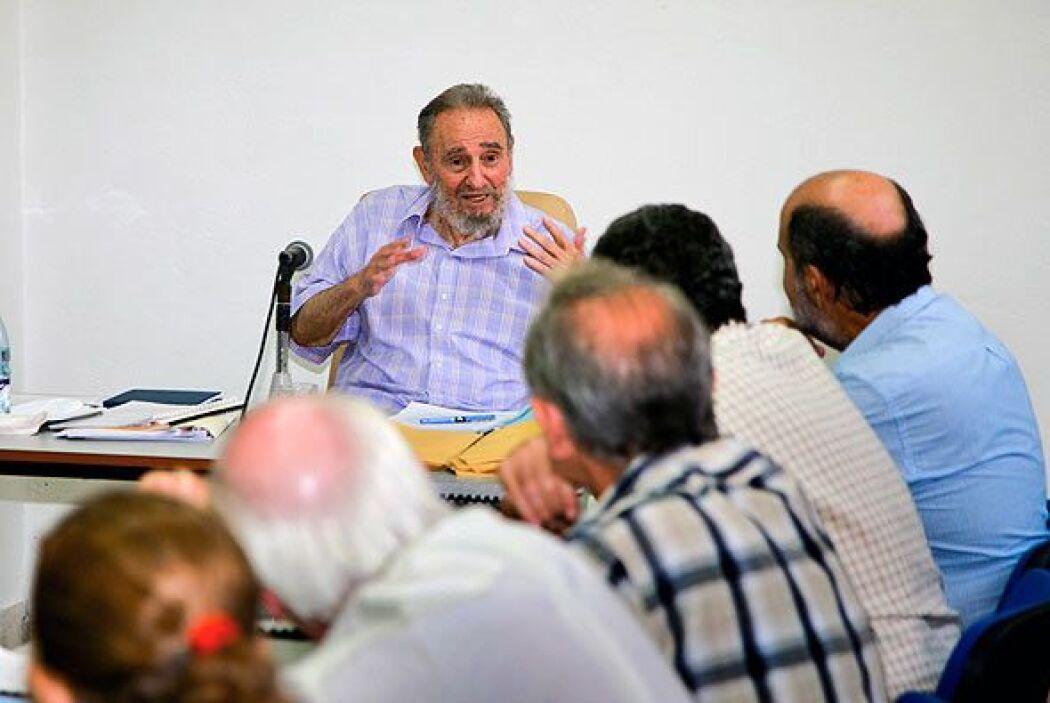 Vestido con una camisa azul a cuadros, Fidel habló enfático sobre temas...