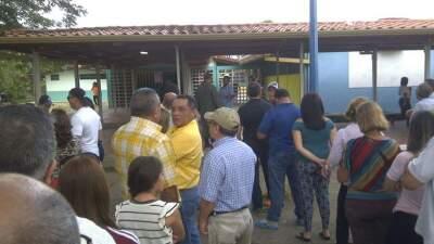 Venezolanos salen a votar con esperanza a pesar de condiciones favores a...