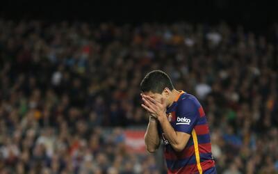 El jugador de Barcelona, Luis Suárez, se tapa el rostro tras fall...