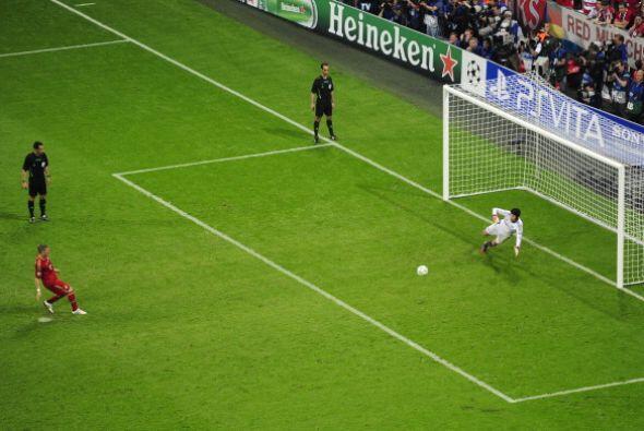 Bastian Schweinsteiger pegó su lanzamiento en el poste y dej&oacu...