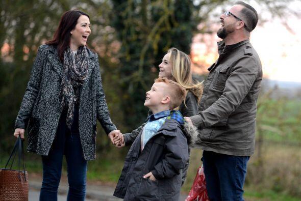 La familia Pennistons está conformada por Nicola y Christopher y...