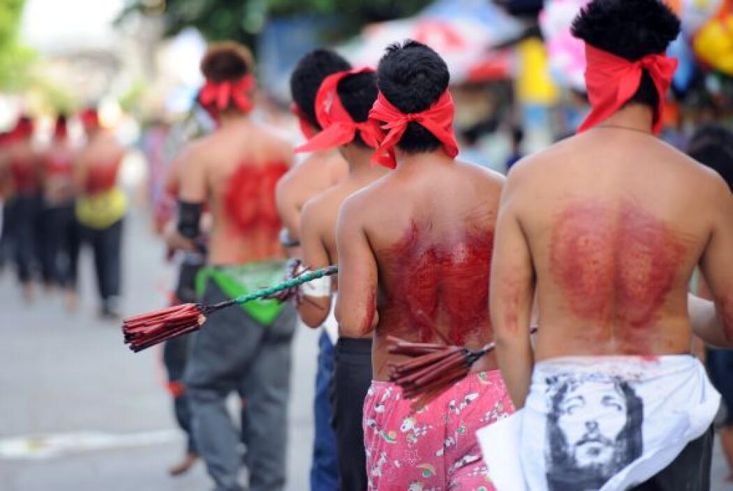 Docenas de flagelantes recorrieron las calles con las cabezas cubiertas...