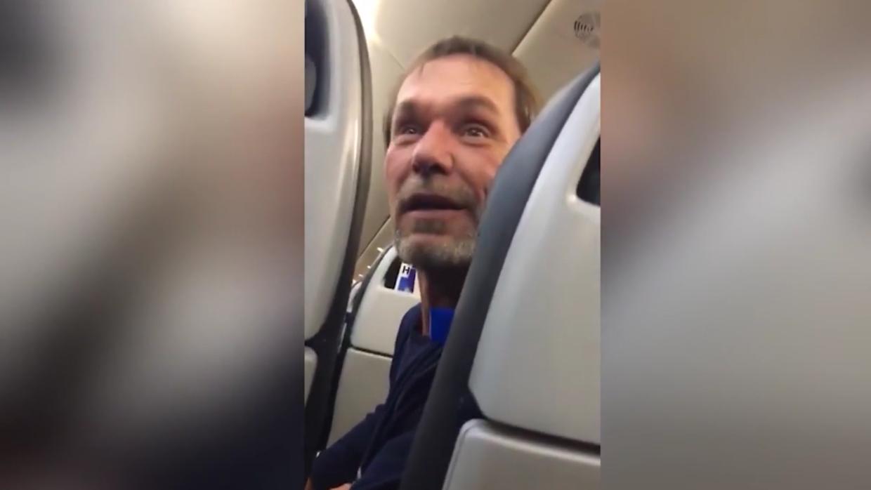 Pasajero expulsado de un avión de United Airlines tras realizar c...