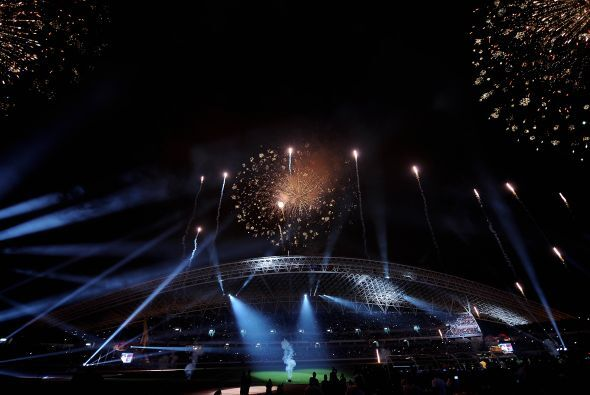 Poco a poco cae la noche y con ella miles de luces iluminan el coloso. S...