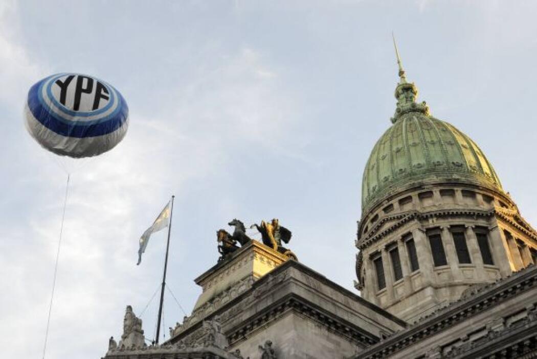 "22. ARGENTINA EXPROPI"" YPF A LA ESPA'OLA REPSOL- Tras un apresurado trám..."