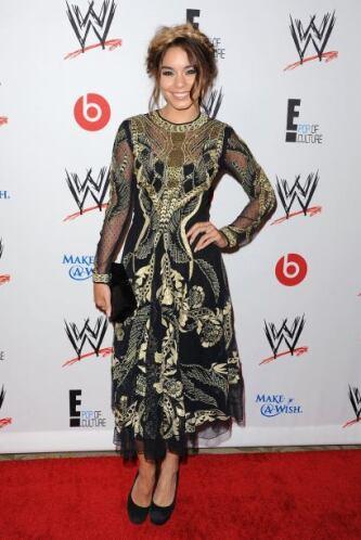 De plano para la alfombra roja de la WWE, su 'look' estuvo lejos de ser...