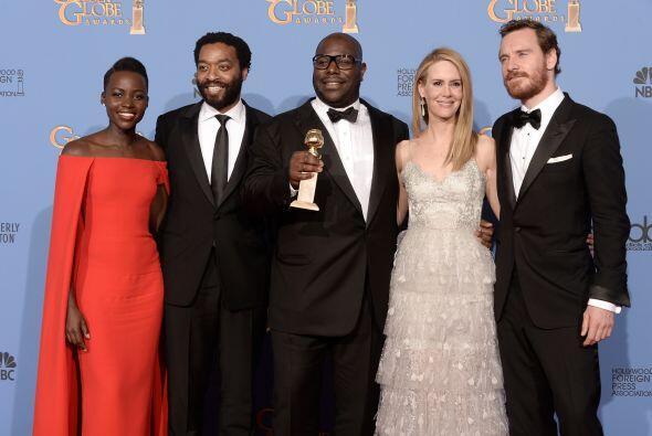 Con sus compañeros de elenco, Chiwetel Ejiofor, Sarah Paulson y Michael...