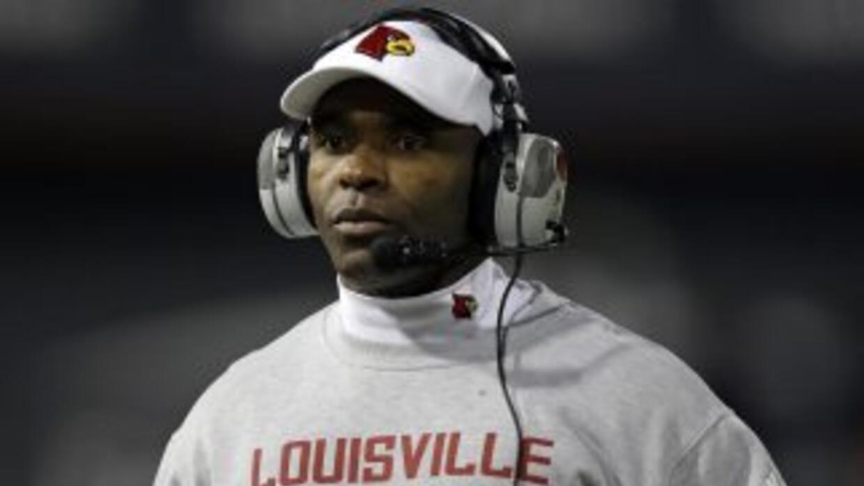 Charlie Strong, y no un coach de las filas de la NFL, será quien vaya a...