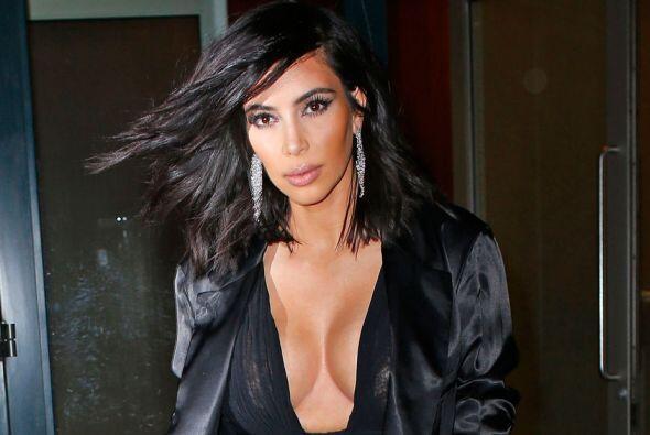 Y claro, tampoco sale sin su maquillaje de senos.