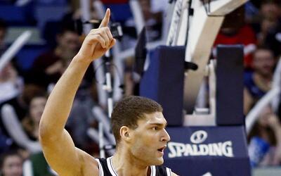 Brook López, pívot de los Nets de Brooklyn, festeja luego...