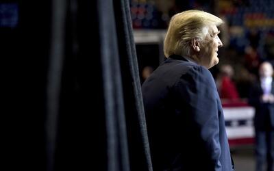 Trump saliendo al escenario en el coliseo de Fayetteville, en Carolina d...