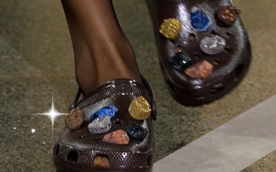 Los crocs de Christopher Kane alardeaban de piedras preciosas y estampados.