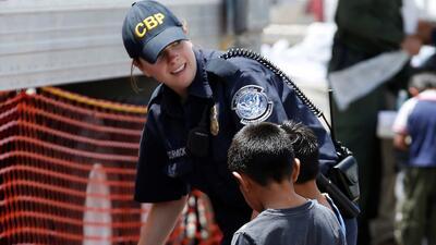 Agencias federales se trasladan a la frontera para enfrentar crisis huma...