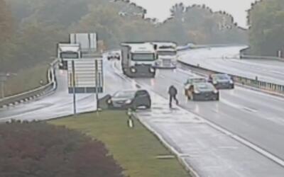 Un hombre puso en riesgo su vida y corrió por una autopista hasta alcanz...