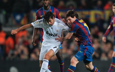 Lionel Messi y Raúl disputan una pelota