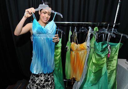 Beatriz escoge cuidadosamente las prendas que las concursantes usarán du...