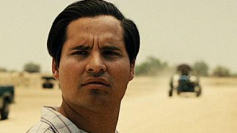 El actor Michael Pe;a interpreta el papel de César Chávez en la película...