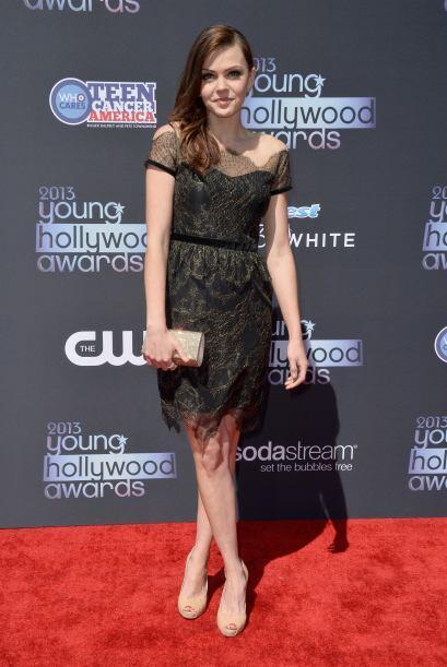 Aimee Teegarden se inclinó por un vestido con transparencias y to...