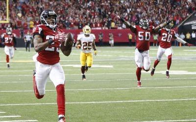 Los Falcons mantuvieron el invicto gracias a que su defensiva interceptó...