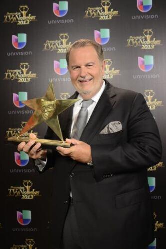 La revista TVyNovelas lo premió con un galardón especial por sus más de...