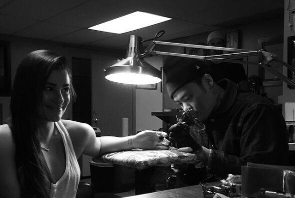 Lea compartió en su Instagram cómo la tatuaban.