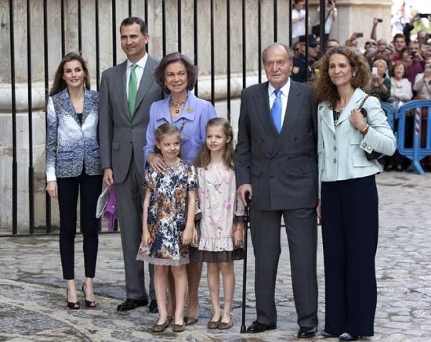 Aquí una imagen de tres generaciones de herederos al trono.