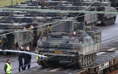 Decenas de vehículos blindados están siendo enviados desde...