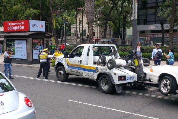 Luego de que los automovilistas se apostaran con sus vehículos en las in...