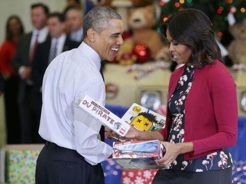 Barak Obama acompañado de la primera dama, Michelle Obama entrega...