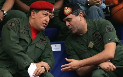 A la derecha, el exministro de Defensa Raúl Isaías Baduel,...