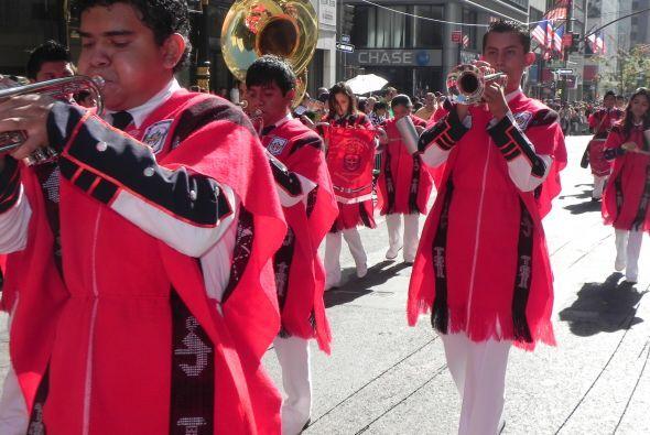 Familias hispanas desfilan por la 5ta Avenida 7b55941a757e46f0811d47e8ee...