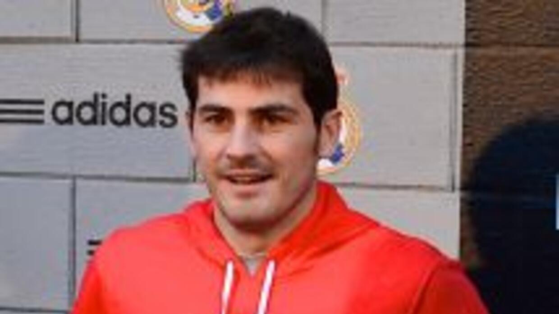 Casillas sigue recuperándose de una lesión en la mano izquierda, pero es...