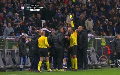 Tarjeta amarilla. El árbitro amonesta a José Pedro Malheiro de Sá de Porto